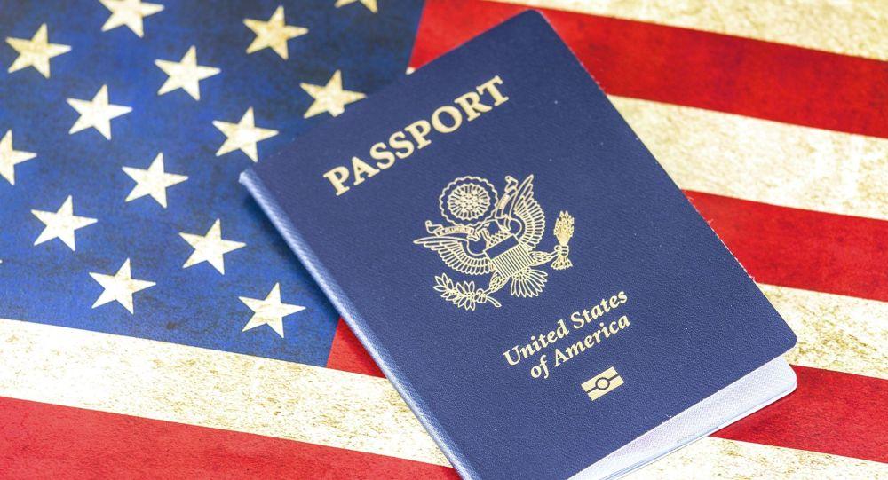 Americký pas na pozadí vlajky USA