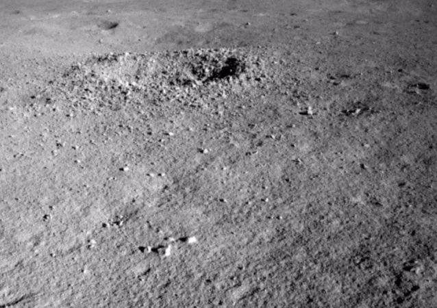 Čínský rover Jü-tchu 2 objevil na odvrácené straně Měsíce neznámý materiál.