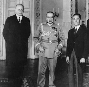Německý velvyslanec Hans-Adolf von Moltke, polský vůdce Józef Piłsudski, německý ministr propagandy Joseph Goebbels a polský ministr zahraničních věcí Józef Beck ve Varšavě