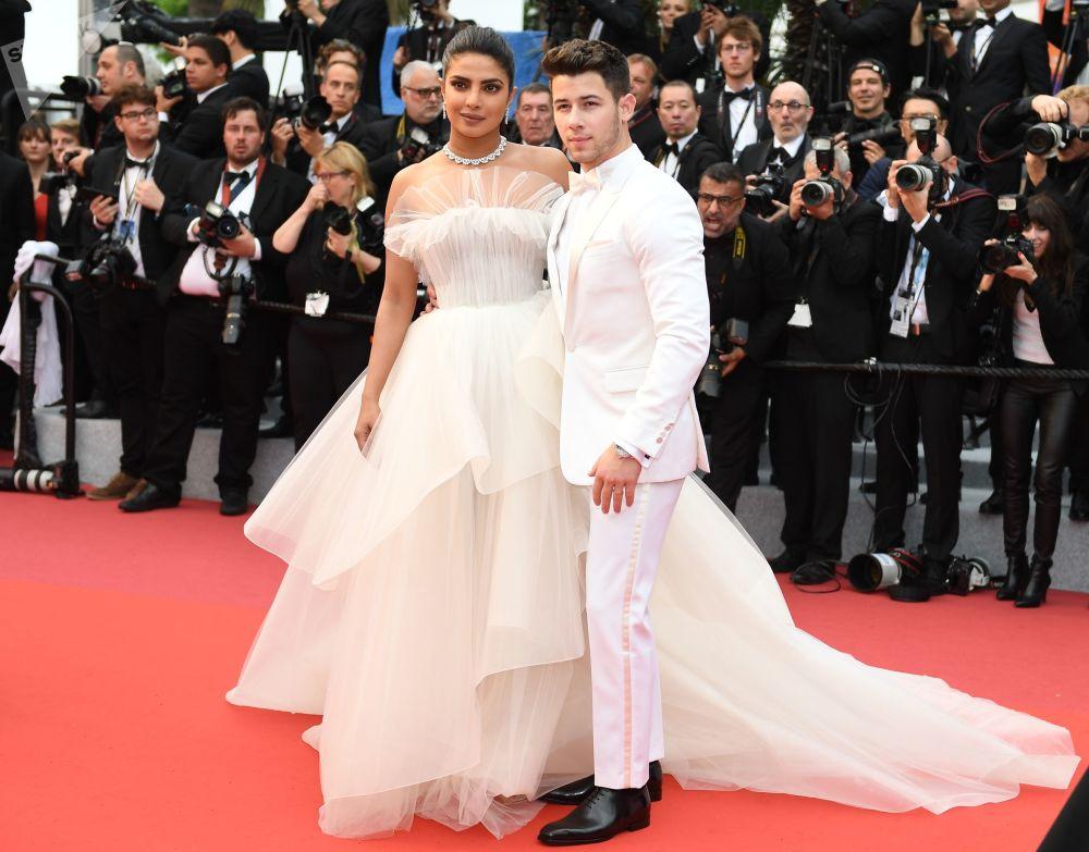 Americký herec Nick Jonas a indická herečka a producentka Priyanka Chopra na červeném koberci na 72. mezinárodním filmovém festivalu v Cannes