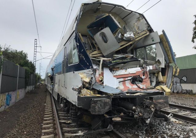 Srážka osobního vlaku s nákladním automobilem v pražské Uhříněvsi