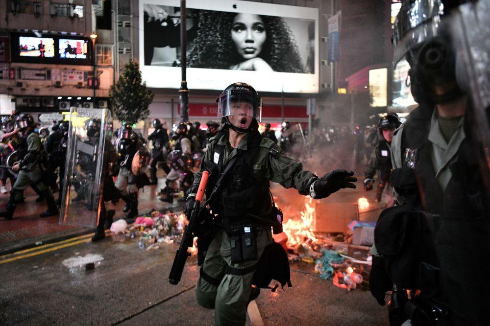 Lidé během protestů v Hongkongu.