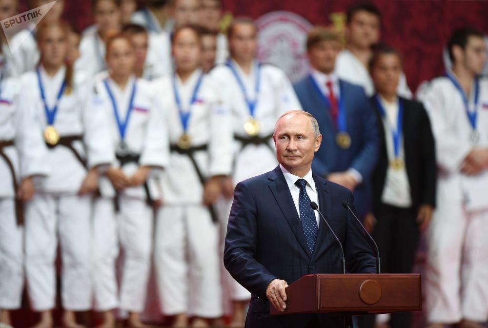 Ruský prezident Vladimir Putin na slavnostním ceremoniálu III. Mezinárodního turnaje v judo, pojmenovaného po Džigoró Kanóvi, mezi mladými muži a ženami v rámci Východního ekonomického fóra ve Vladivostoku.