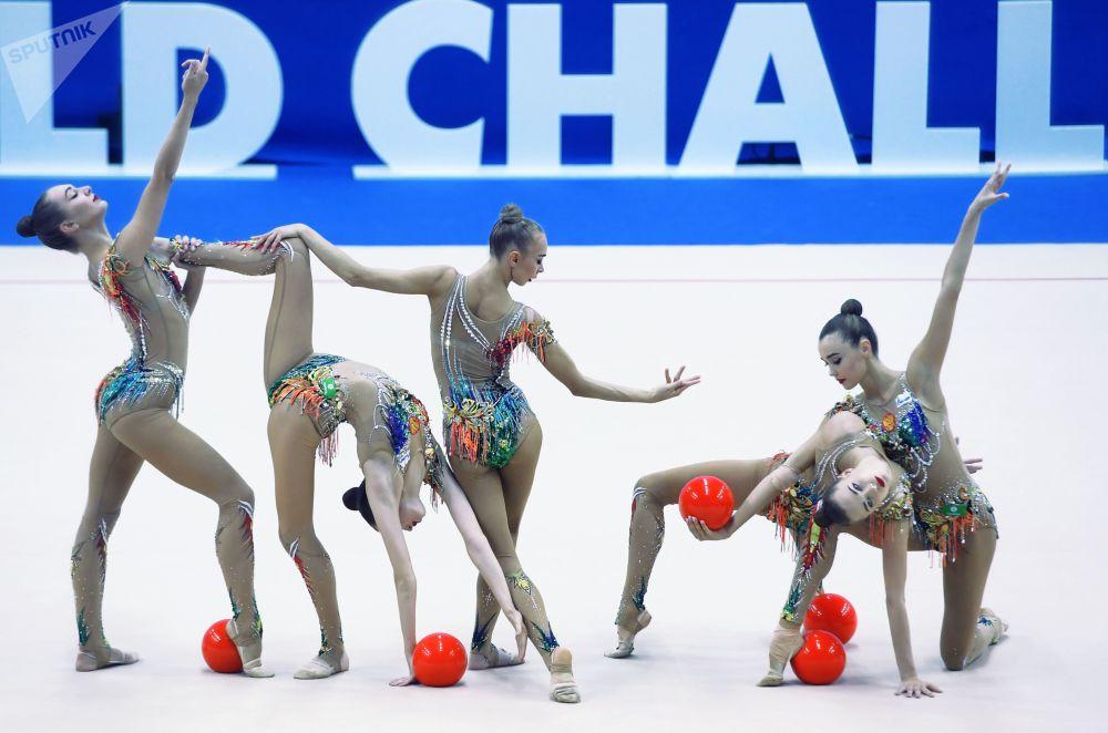 Ruské sportovkyně trénující před soutěží Rhythmic Gymnastics Challenge Cup v Kazani.