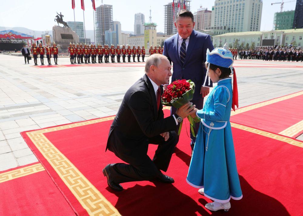 Ruský prezident Vladimir Putin a mongolský prezident Chaltmágín Battulga na slavnostním setkání ve Státním paláci na náměstí D. Suhe-Bator v Ulánbátaru.