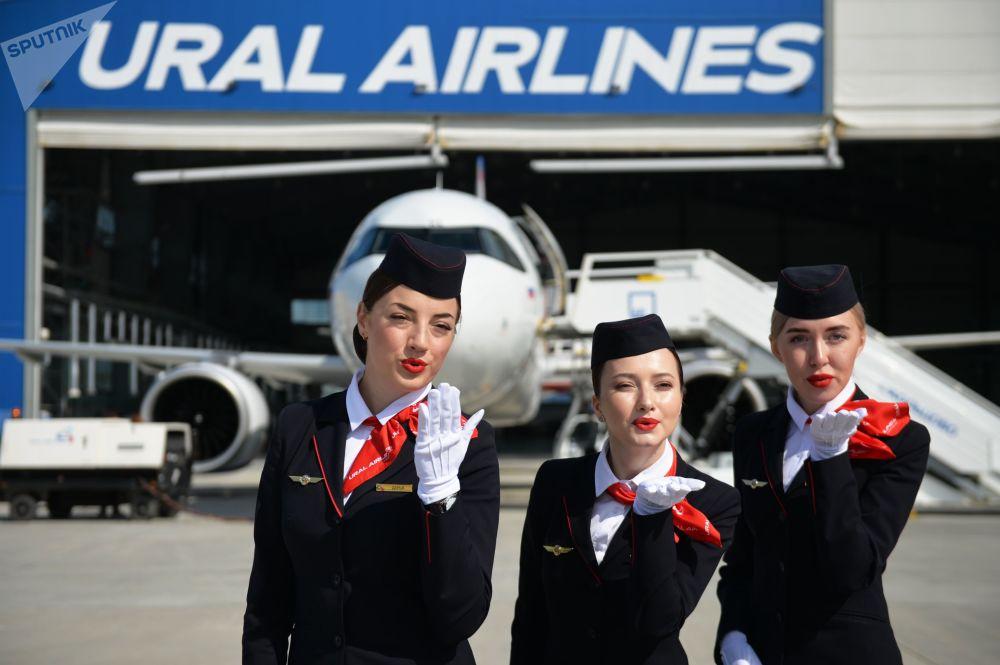 Letušky na prezentaci nového letadla na letišti Kolcovo v Jekatěrinburgu.