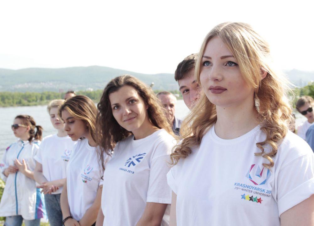 Dobrovolnice na ceremonii spuštění hodin, které odpočítávají čas do startu zimní Universiády 2019 v Krasnojarsku.