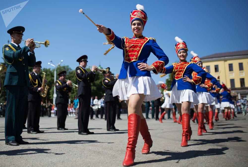 Účastnice orchestrového průvodu v Ufě během oslav Dne Ruska