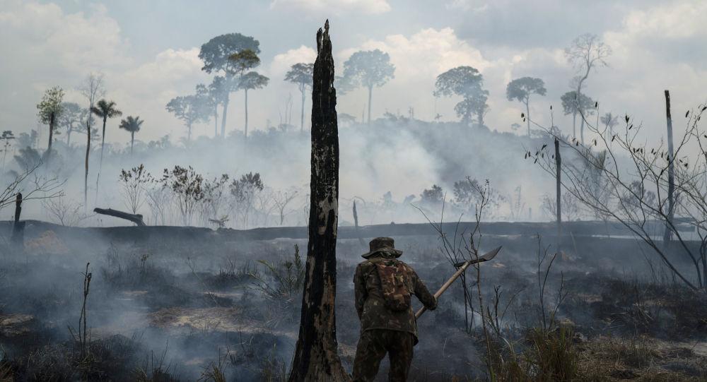 Hašení požárů v Brazílii