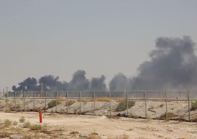 Kouř z ropného zařízení Saudi Aramco v Abkajku ve východní provincii Saúdské Arábie 14. září 2019