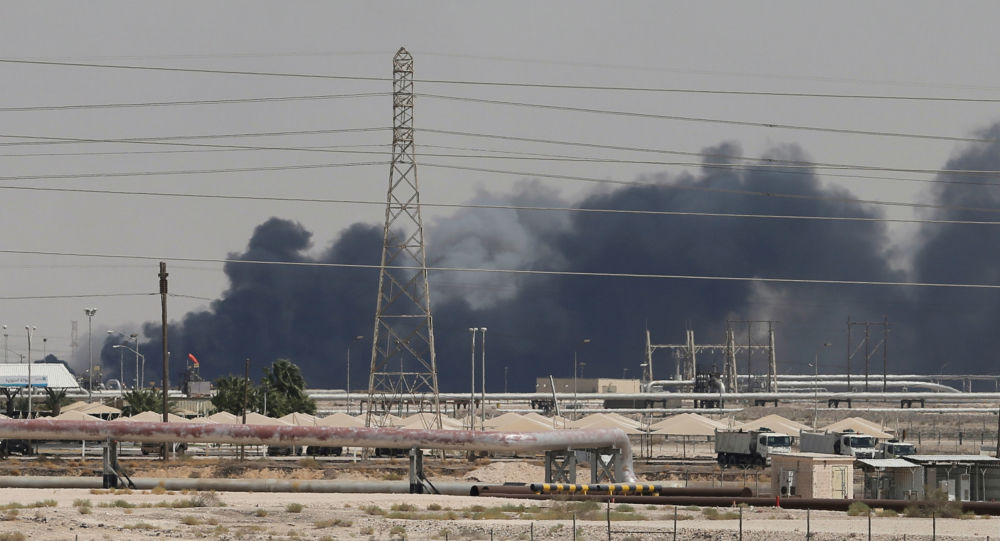 Kouř po dronovém útoku na objekty Saudi Aramco v Abkajku