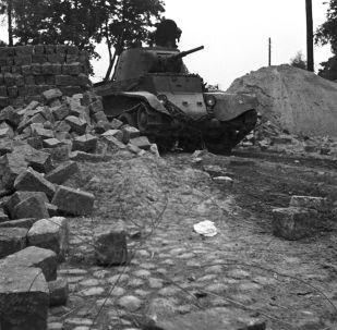 Sovětský tank projíždí hranici Běloruska v oblasti města Vilnius, které před vypuknutím 2. světové válce patřilo Polsku (1939)
