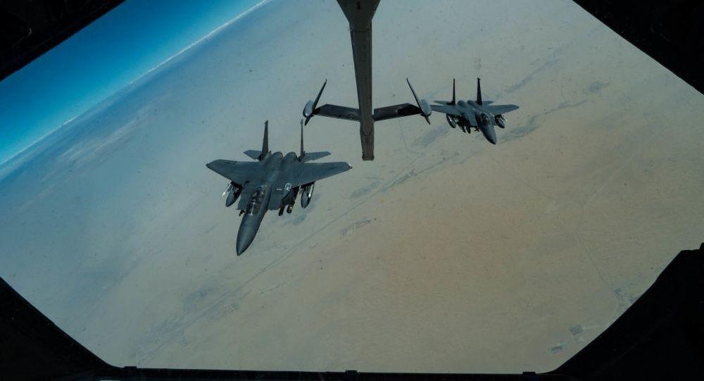 Americké stíhačky F-15E Strike Eagle během hlídky nad Perským zálivem