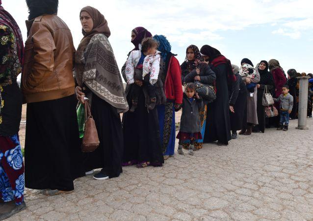 Syrští uprchlíci opouští provincii Idlib přes přechod Abu Adh Dhuhur. Ilustrační foto