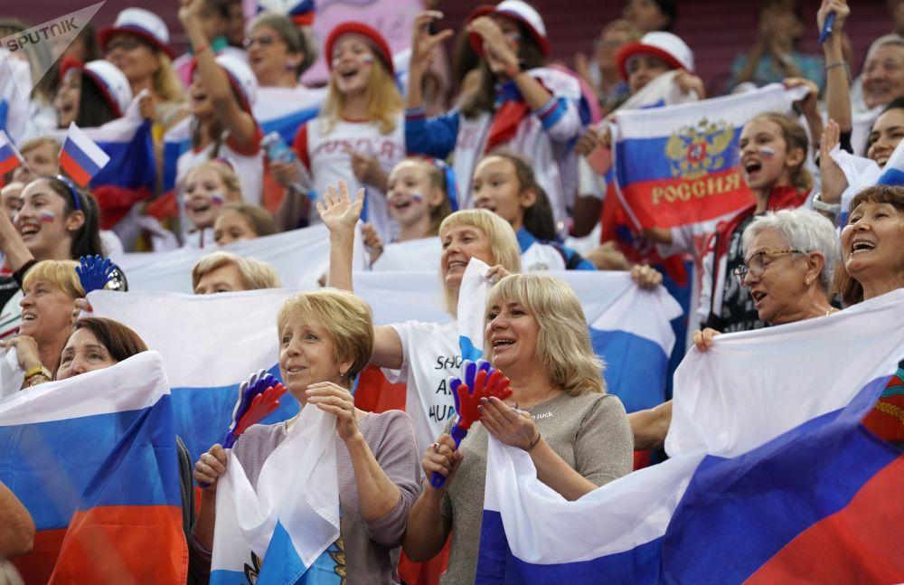 Fanoušci ruského týmu na mistrovství světa v moderní gymnastice v Baku.