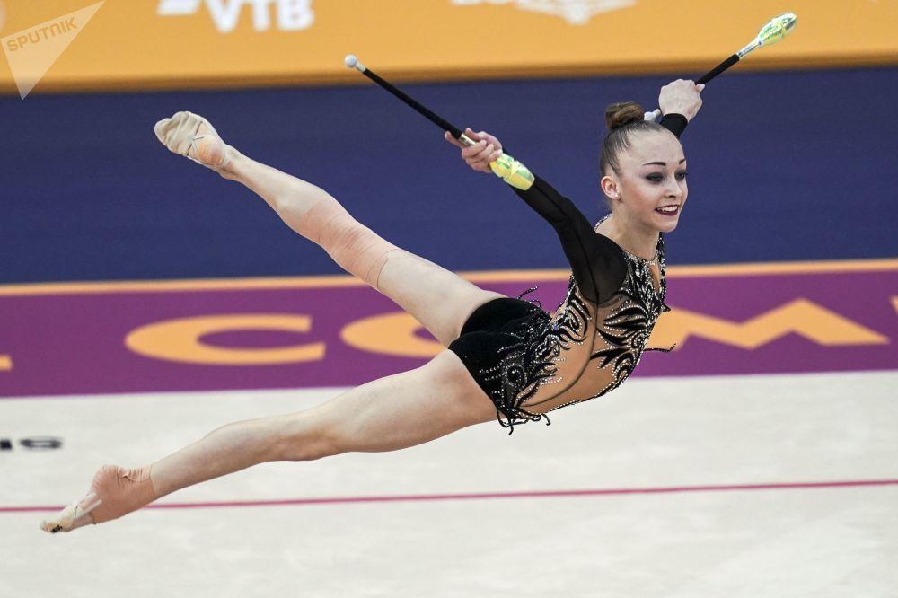 Kristina Pograničnaja (Ukrajina) cvičí s kužely.