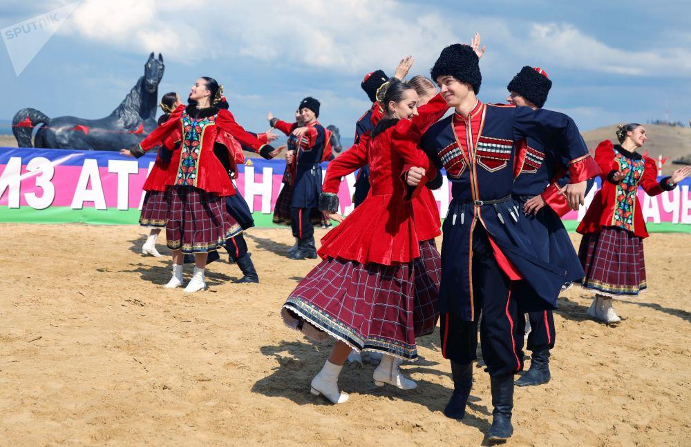 Divadelní účastníci předvádějí tradiční tanec