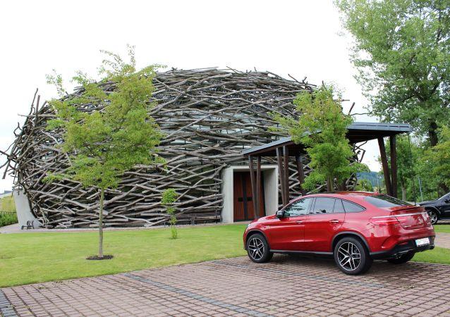Aréna jízdárny ve tvaru čapího hnízda. Čapí hnízdo na území obce Olbramovice ve Středočeském kraji