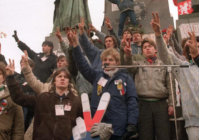Zeman vysvětlil, proč odmítá účast na veřejných akcích k 30. výročí sametové revoluce. Prý za to může fašistická úderka