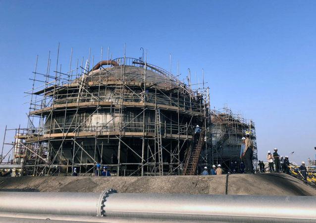 Opravy poškozeného ropného objektu společnosti Saudi Aramco v Abkajku v Saúdské Arábii.