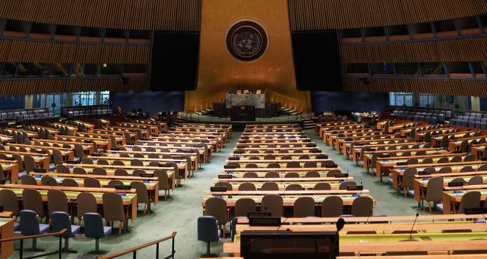 Prázná místnost, kde se koná zasedání Valného shromáždění OSN