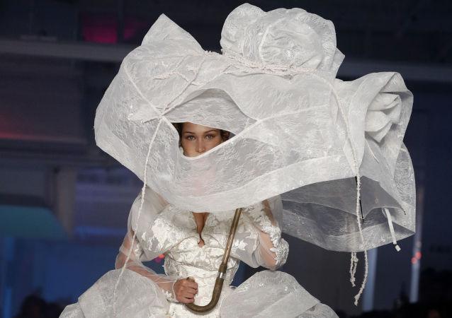 Americká modelka Bella Hadid během předvádění kolekce módní návrhářky Vivienne Westwood.