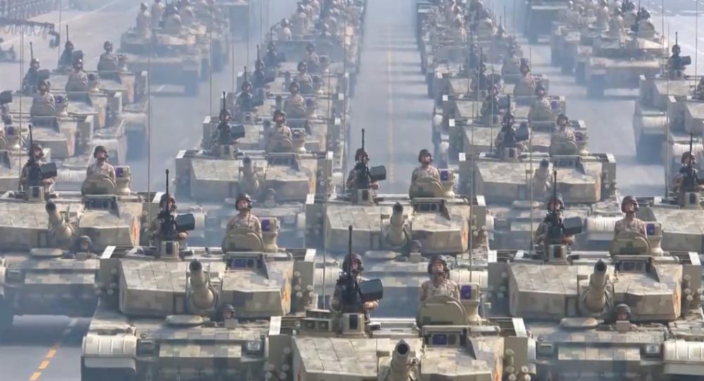 """Video: """"Nikdo na světě nedokáže otřást základy tohoto národa."""" Největší přehlídka vojenské moci ČLR v její historii"""