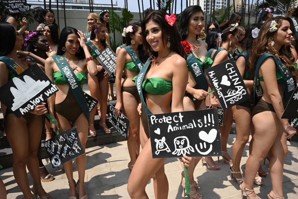 Uchazečka o titul Miss Earth 2019 z Panamy během fotografování v Manile.
