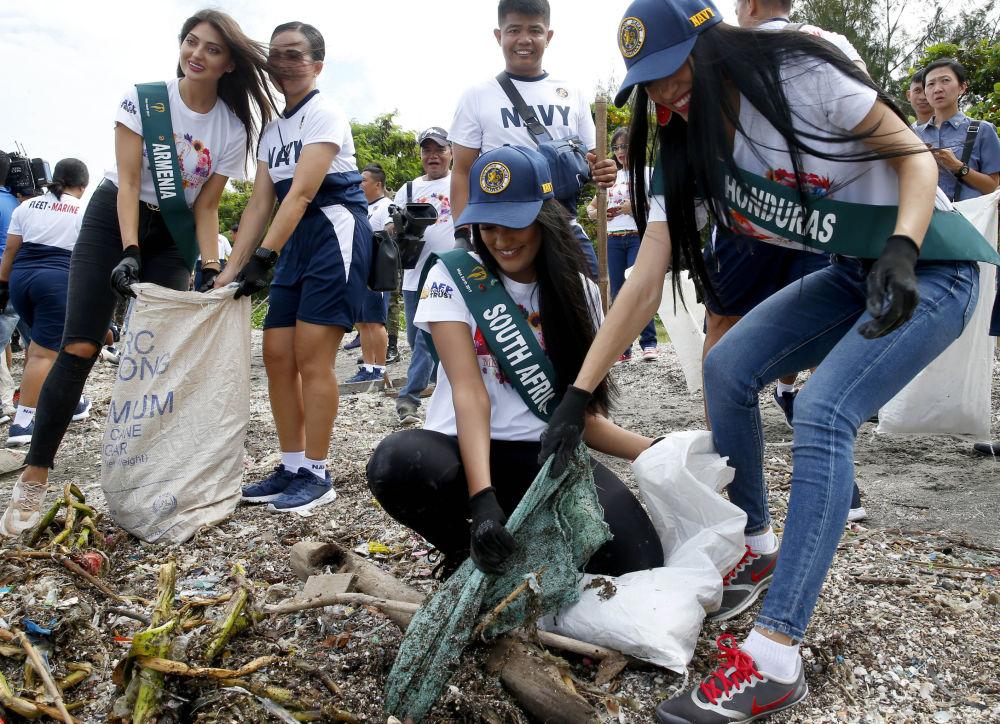 Uchazečky o titul Miss Earth 2019 čistí pobřeží od odpadu na Filipínách.