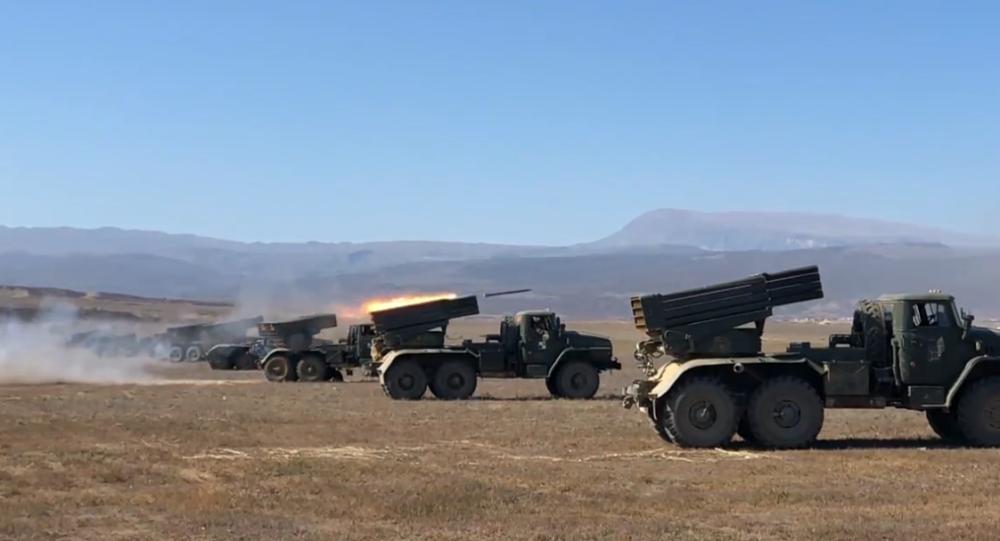 """Video: """"Raketová"""" bouře. Nejmodernější raketomet Tornado-G byl porvé otestován ruským dělostřelectvem"""