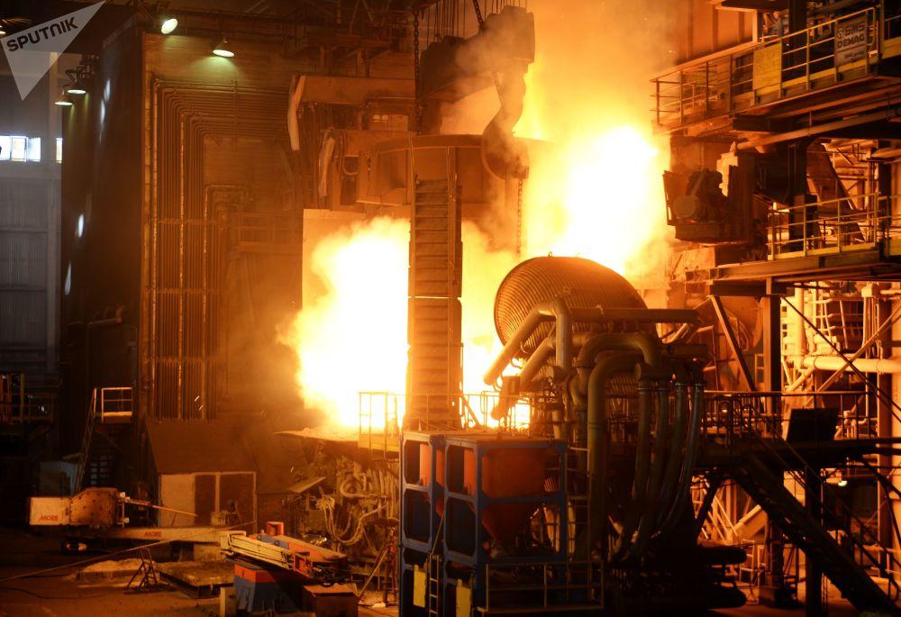 Plnění pece ve výrobní hale ocelárny Severského potrubního závodu.