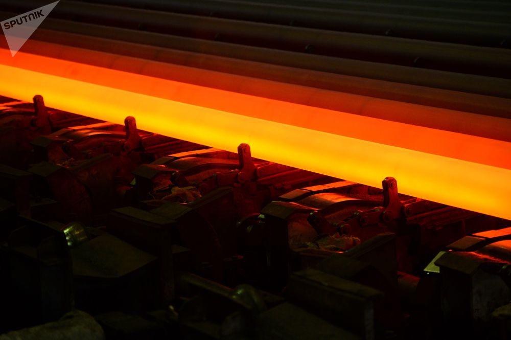 Výrobky v dílně na válcování trubek v Severském potrubním závodu