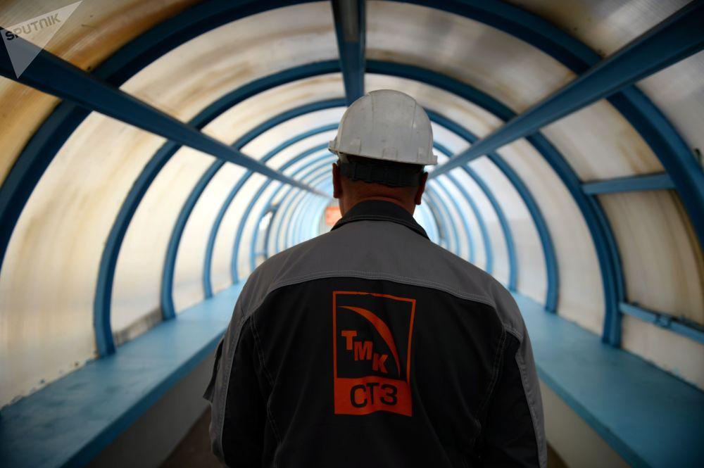 Pracovník na území Severského potrubního závodu.