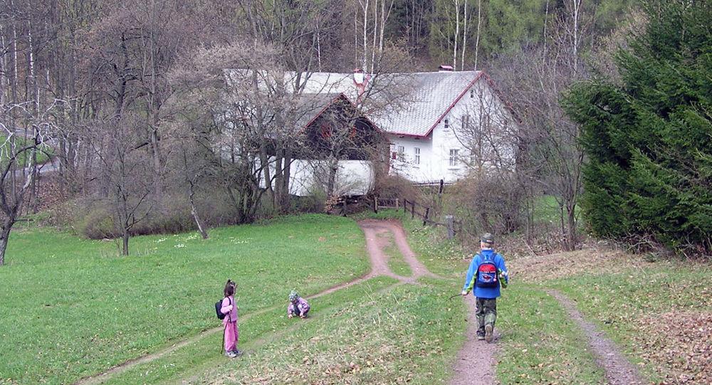Hrádeček: cesta od hradu Břecštejna, v pozadí chalupa prezidenta Václava Havla