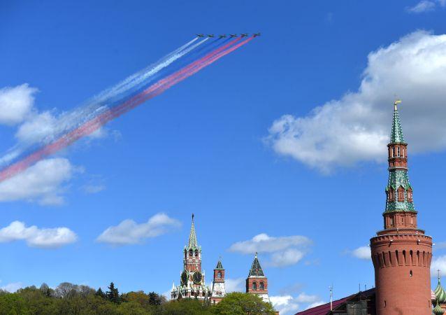 Letouny Su-25 na zkoušce přehlídky vítězství v Moskvě