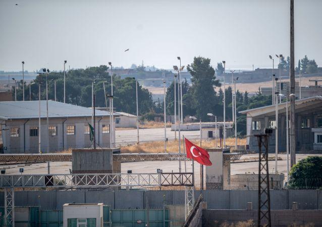 Syrská-turecká hranice u obce Tell Abiad
