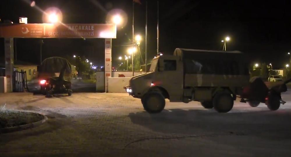 Exkluzivní záběry, jak Turecko přesouvá vojenskou techniku na syrskou hranici