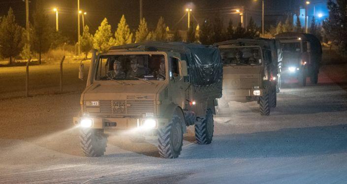 Turecký konvoj na syrské hranici
