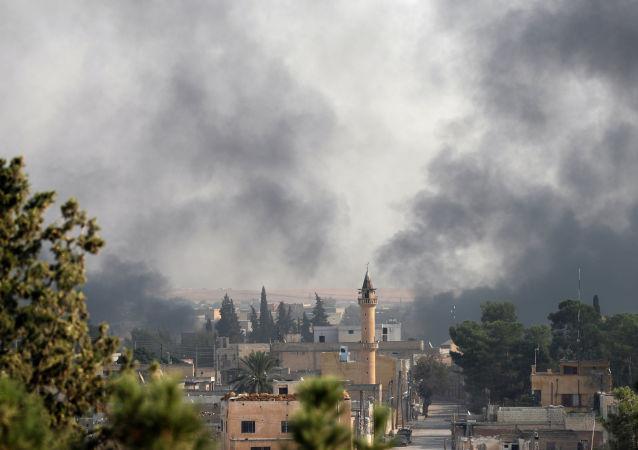 Kouř nad syrským městem Tell Abyad