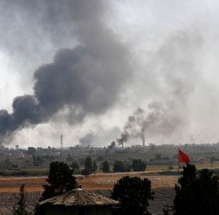 Kouř nad syrským městem Tell Abyad. Ilustrační foto