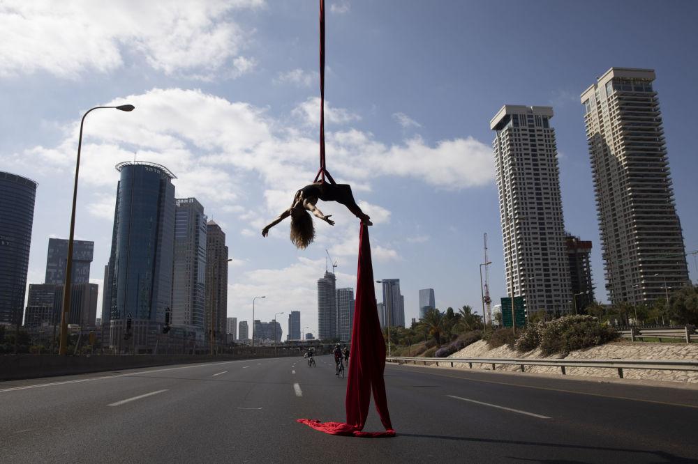 Izraelská akrobatka vystupuje na dálnici během židovského festivalu Yom Kippur v Tel Avivu v Izraeli