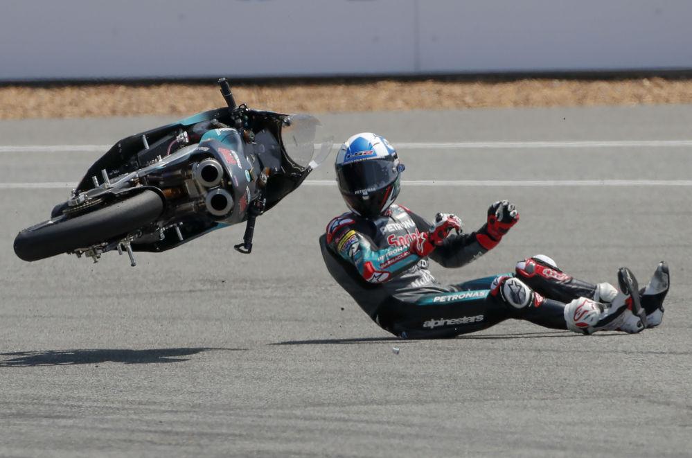 Pád britského jezdce Johna McPheeho ze závodního týmu Petronas Sprinta během závodu Moto3 v Thajsku