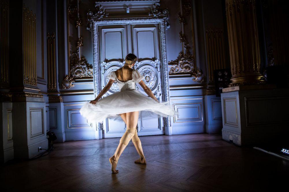 Balerína v baletní společnosti Pařížské opery během taneční show Degas Danse v muzeu Orsay v Paříži