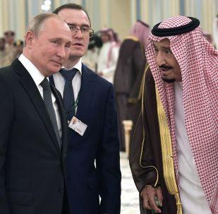 Ruský prezident Vladimir Putin a král Saúdské Arábie Salman bin Abdel Aziz al Saud na oficiálním slavnostním setkání