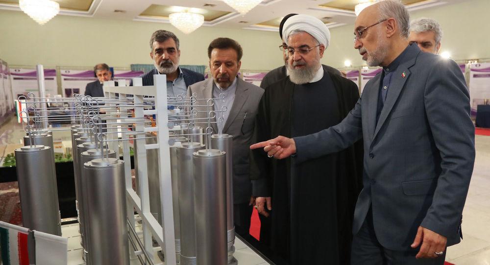 Íránský prezident Hasan Rúhání spolu s šéfem íránské agentury pro atomovou energii Alím Akbarem Sálehím