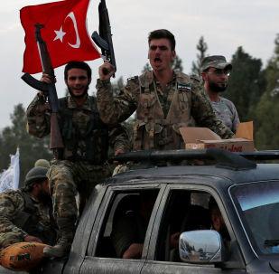 Povstalci podporovaní Tureckem míří do Sýrie