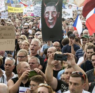Demonstranti vyžadují rezignaci předsedy vlády v Praze 23. června 2019