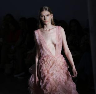 Modelka předvádí šaty značky Fabiana Milazzo během týdne mody v brazilském Sao Paulo.