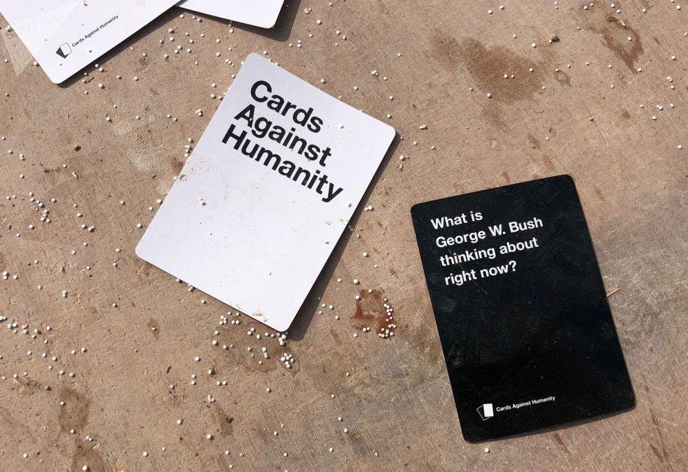 Karty stolní hry Cards Against Humanity na základně USA v okolí vesnice Dadat na severovýchodě Sýrie.