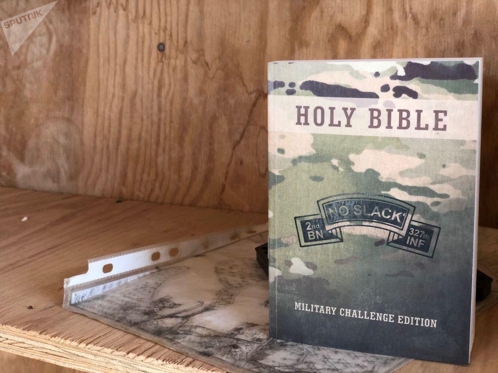Na základně lze nalézt hodně zajímavých věcí. Například je to vojenské vydání Bible ve spojovací místnosti, pod knihou leží mapa základny a umístění sil kolem ní.